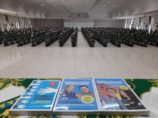 """Buku """"super best seller"""" Trilogi The Power of Silaturahim dibagikan kepada peserta Sharing Komunikasi dan Motivasi di Secapa AD. (Foto: Dokumen/Tugu Jatim)"""