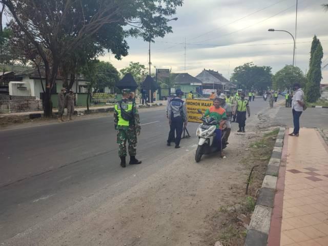 Warga Tuban yang terjaring operasi yustisi belum menyadari akan pentingnya memakai masker, Jumat (16/07/2021). (Foto: Humas Polres Tuban/Tugu Jatim)