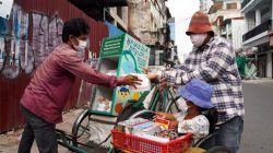 Pengemudi Cyclo membagikan sumbangan makanan dan kebutuhan pokok untuk orang terdampak Covid-19 di Phnom Penh, Kamboja/tugu jatim