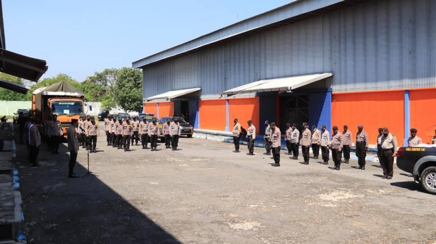 Anggota Polres Tuban siap menyalurkan bantuan untuk masyarakat terdampak Covid-19 dan PPKM, di Gudang Bulog, Jalan Pahlawan Tuban, Senin (26/07/2021). (Foto: Humas Polres Tuban/Tugu Jatim)