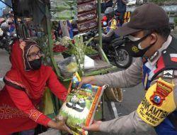 Polda Jatim Bagi-Bagi Sembako pada Warga Terdampak PPKM Darurat