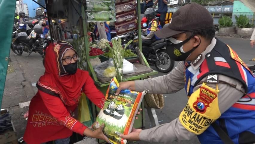 Polda Jatim memberikan bantuan sembako pada masyarakat pada Jumat (16/07/2021). (Foto: Polda Jatim/Tugu Jatim)