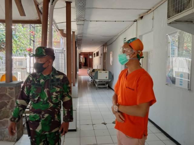 Ketua Satgas Covid-19 RS Karsa Husada Kota Batu dr Bambang Wishardana menjelaskan soal bed tambahan. (Foto: Sholeh/Tugu Jatim)