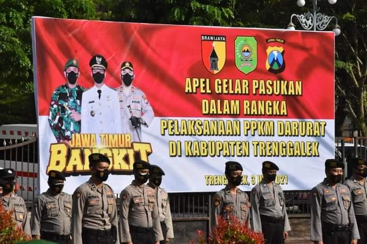 Polres Trenggalek gelar apel pasukan tindak lanjut PPKM Darurat. (Foto: Zamzuri/Tugu Jatim)