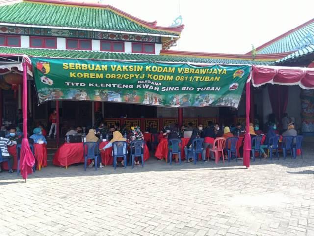 Warga menyerbu vaksinasi yang digelar Tempat Ibadah Tri Darma (TITD) Kelenteng Kwan Sing Bio bekerja sama dengan Korem 082 dan Kodim 0811 Tuban Kamis (15/07/2021). (Foto: Rochim/Tugu Jatim)