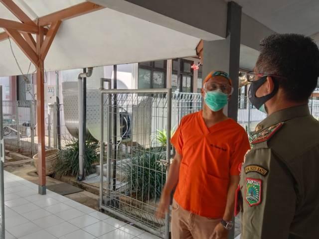 Ketua Satgas Covid-19 RS Karsa Husada Kota Batu dr Bambang Wishardana menunjukkan instalasi ventilator kepada Kasatpol PP Kota Batu M. Nur Adhim. (Foto: Sholeh/Tugu Jatim)