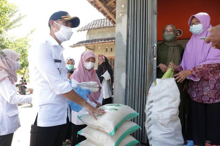 Bupati Tuban Aditya Halindra Faridzky mengecek komoditi bansos untuk KPM di Kecamatan Plumpang, Rabu (28/07/2021). (Foto: Humas Pemkab Tuban/Tugu Jatim)
