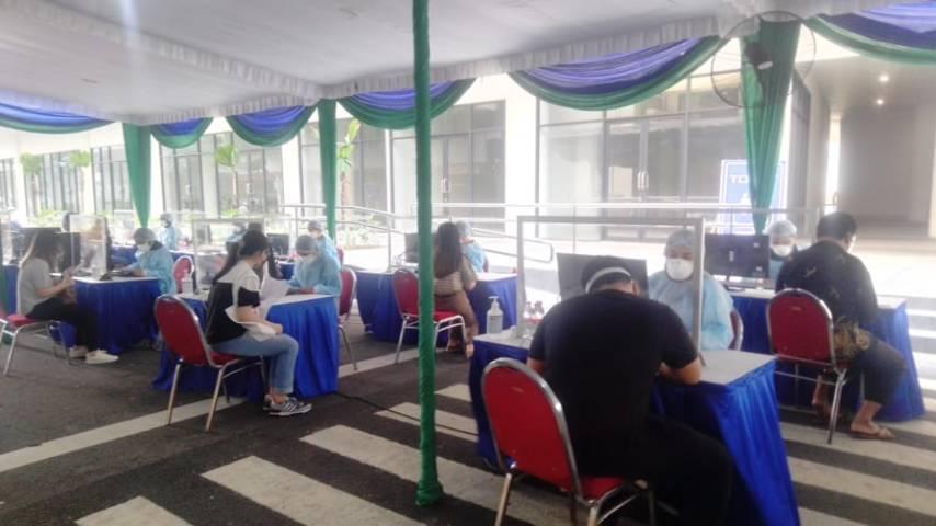 Lebih dari 1.000 warga Surabaya mengikuti vaksinasi di Universitas Ciputra (UC), Jumat (23/07/2021). (Foto: Rangga Aji/Tugu Jatim)
