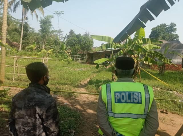 Petugas kepolisian melakukan olah TKP kasus pembacokan di Kabupaten Malang. (Foto: Rizal Adhi/Tugu Jatim)