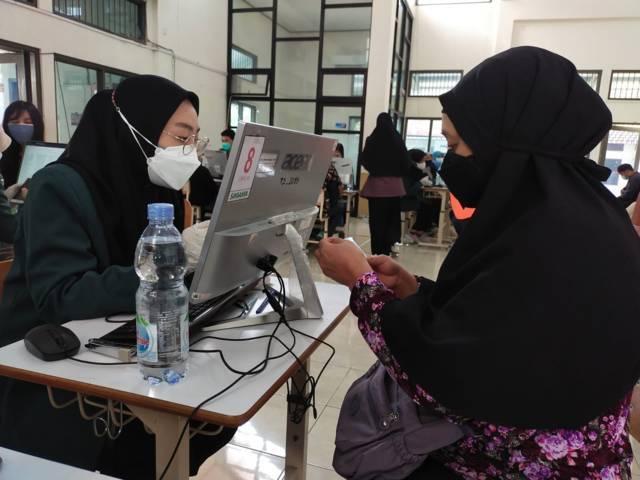 Salah satu difabel bernama Lusi ini sedang screening data. (Foto: Dwi Lindawati/Tugu Jatim)