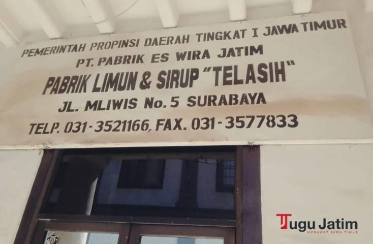 """Pelat nama Pabrik Limun dan Sirup """"Telasih"""" atau Pabrik Siropen yang terpasang di depan pintu masuk, Kamis (01/07/2021). (Foto: Rangga Aji/Tugu Jatim)"""