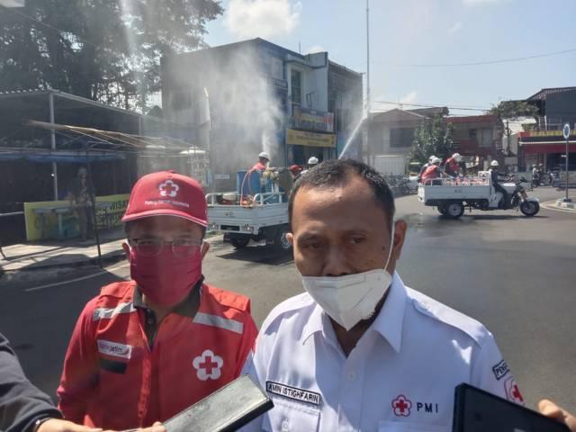Ketua PMI Kota Batu Punjul Santoso dan Bidang Humas PMI Jatim Amin Istighfarin saat ditemui usai pemberangkatan penyemprotan desinfektan di jalur protokol Kota Batu, Rabu (28/07/2021). (Foto: M. Sholeh/Tugu Jatim)