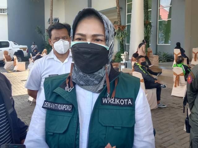 Wali Kota Batu Dewanti Rumpoko menjelaskan soal perpanjang PPKM Darurat di Graha Pancasila Balai Kota Among Tani Batu, Rabu (14/07/2021). (Foto: Sholeh/Tugu Jatim)
