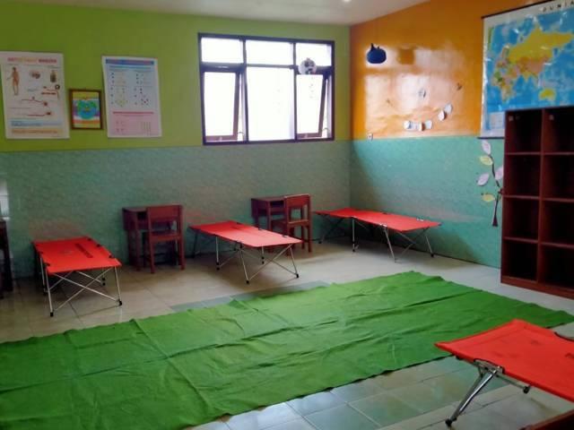Warga Desa Junrejo mendirikan shelter mandiri di SMP Diponegoro Junrejo Kota Batu. (Foto: Sholeh/Tugu Jatim)