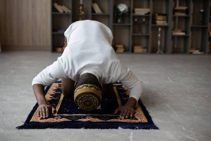 Ilustrasi seseorang sedang melaksanakan ibadah salat Idul Adha. (Foto: Pexels/Tugu Jatim)