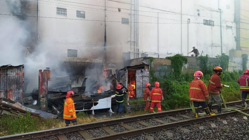 Api yang melalap bangunan rumah milik lansia di Kota Malang ini bisa dipadamkan petugas selama 30 menit.(Foto:Azmy/Tugu Jatim)