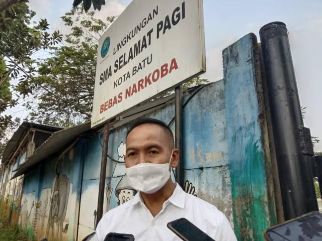 Kepala DP3AP2KB Kota Batu M.D. Furqon saat berada di SMA SPI Kota Batu. (Foto: Sholeh/Tugu Jatim)