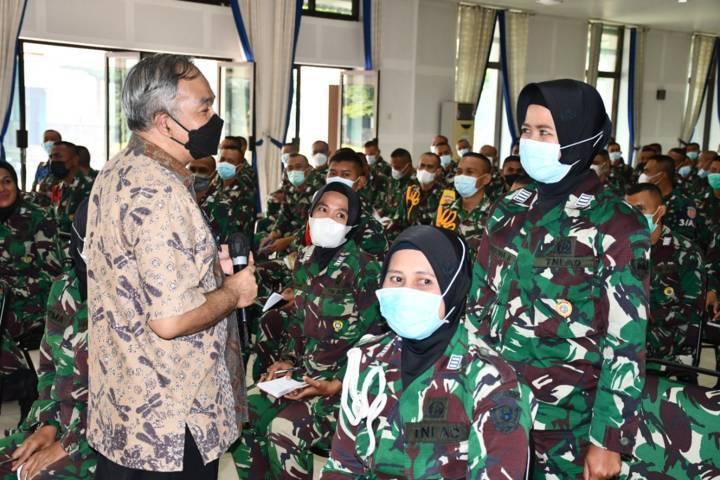 Dr Aqua Dwipayana sedang memberikan pertanyaan kepada peserta sharing dan komunikasi. (Foto: Dokumen/Tugu Jatim)