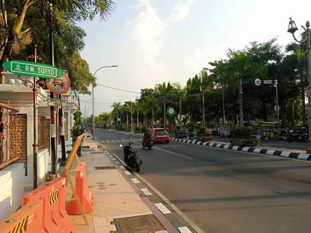 Kondisi lalu lintas di Jalan RM Suryo, Kecamatan Tuban. (Foto: Rochim/Tugu Jatim)