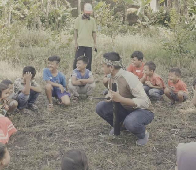 Para pengurus komunitas di Sidoarjo bersama anak-anak yang tergabung dalam gerakan organik Sidoasik di KLG. (Foto: Dok. Komunitas Lali Gadget/Tugu Jatim)