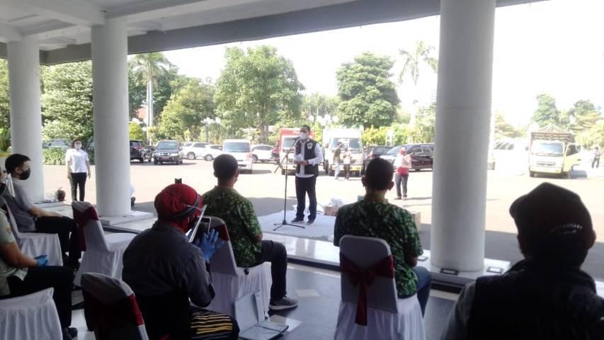 Wali Kota Surabaya Eri Cahyadi menerima bantuan dari berbagai pihak untuk masyarakat terdampak Covid-19, Rabu (21/07/2021). (Foto: Rangga Aji/Tugu Jatim)