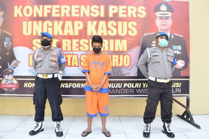 RF, warga Kecamatan Tulangan, Sidoarjo, yang menjadi pelaku kekerasan fisik kepada anak di bawah umur gara-gara kalah main game online, Selasa (13/07/2021). (Foto: Polresta Sidoarjo/Tugu Jatim)