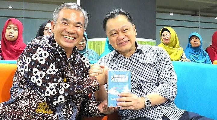 Pakar Komunikasi dan Motivator Nasional Dr Aqua Dwipayana bersama Dirut PT Duta Anggada Realty Ventje Suardana.(Foto: Dokumen/Tugu Jatim)