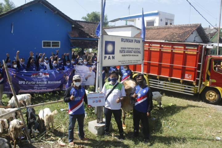 Penyerahan hewan kurban di DPD PAN Nganjuk juga dihadiri oleh dihadir juga perwakilan PT Pertamina, Rio Aprianto bersama Sekretaris DPD PAN Nganjuk, Masnun Lukman Hadi. (Foto: Rino Hayyu/Tugu Jatim)