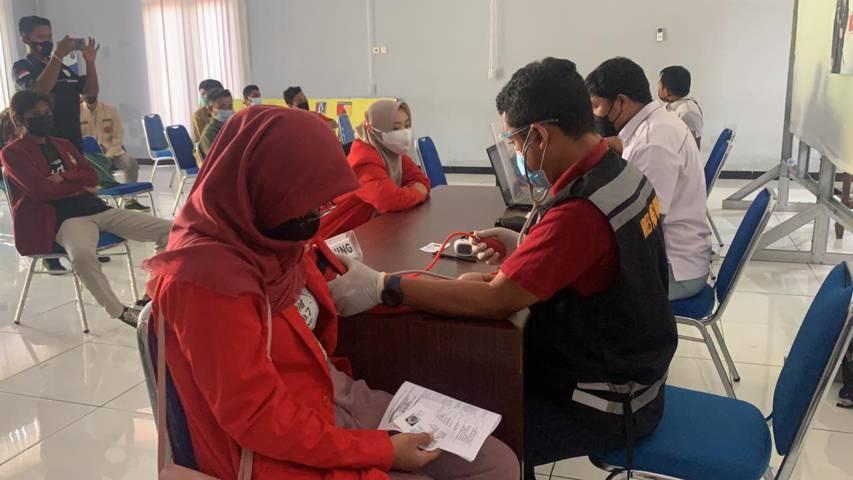 Proses screening yang dilakukan petugas kepada ormas dan ormek sebelum disuntik vaksin. (Foto: Dokumentasi Humas Polres Tuban/Tugu Jatim)