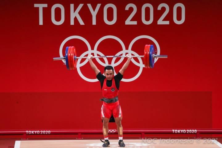 Lifter senior andalan Indonesia, Eko Yuli Irawan kembali sukses mempersembahkan medali perak di Olimpiade Tokyo 2020. Dia berhasil menyelesaikan total angkatan 302 kg di Tokyo International Forum Hall, Jepang, Minggu (26/07/2021).(Foto: Nocindonesia/Tugu Jatim )
