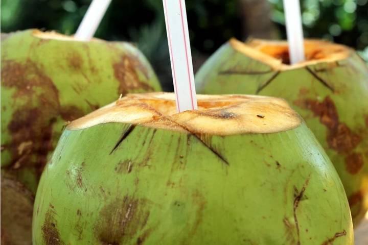 Air kelapa, salah satu jenis minuman yang baik untuk mengatasi dehidrasi dan mengembalikan cairan tubuh yang hilang. (Foto: Pixabay)