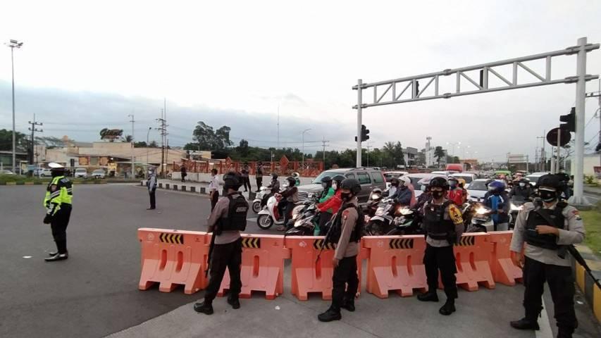 Sejumlah road barrier dipasang di perempatan Karanglo, pintu masuk ke Kota Malang. Mulai malam ini, Rabu (7/7/2021), akses jalan masuk ini ditutup. (Foto: M Ulul Azmy/Tugu Malang/Tugu Jatim)