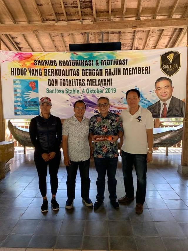 Pemilik Santosa Stable, Chendra Santosa (paling kanan) bersama Pakar Komunikasi Dr Aqua Dwipayana (dua dari kanan) berfoto bersama di sela-sela sesi sharing di Santosa Stable pada 4 Oktober 2019 silam. (Foto: Dokumen) tugu jatim