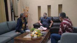 Prof Atwar Bajari (tengah) bersama Dr Aqua Dwipayana (kiri) dan Nurcholis MA Basyari (kanan). (Foto: Dokumen)
