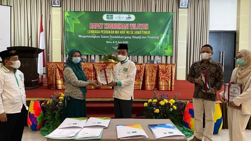 Direktur Auliya Book, Siti Rukayah (dua dsri kiri) dan Ketua LP Ma'arif NU Jawa Timur Dr. H. Noor Shodiq Askandar, SE., MM (tengah). (Foto: Dokumen)