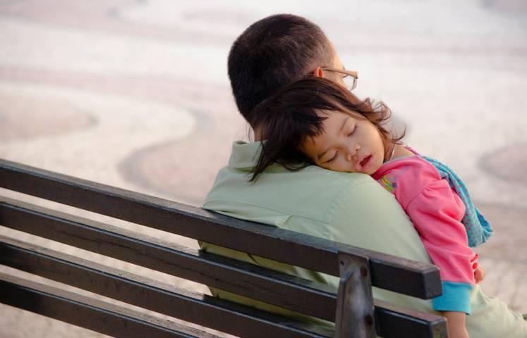 Ayah yang sangat penyayangi anaknya, terlihat dari cara ia memperlakukan anaknya. (Ilustrasi: Pexels) tugu jatim