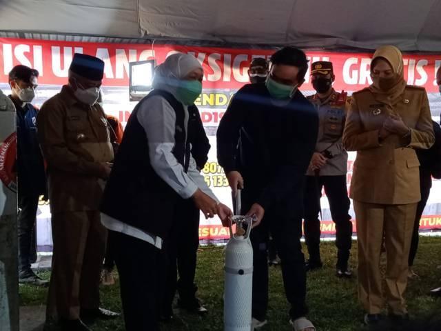Gubernur Jatim Khofifah secara simbolis memberikan tabung saat peresmian depo isi ulang oksigen gratis kepada warga Malang, Senin (26/07/2021). (Foto:Istimewa/Tugu Jatim)