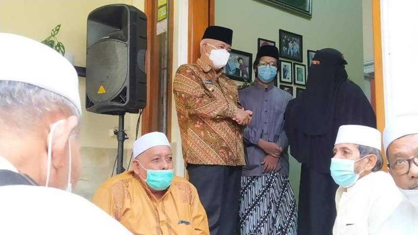 Bupati Malang Muhammad Sanusi mengucapkan berbela sungkawa atas meninggalnya Wakil Ketua Pengurus Wilayah Nahdlatul Ulama (PWNU) Jawa Timur (Jatim) Andri Dhewanto Ahmad akibat positif Covid-19 di rumah duka, Kamis (29/07/2021). (Foto: Azmy/Tugu Jatim)