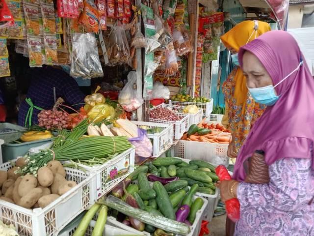Pembeli di Pasar Besar Kota Batu tampak memilih sayur-sayuran. (Foto: Sholeh/Tugu Jatim)