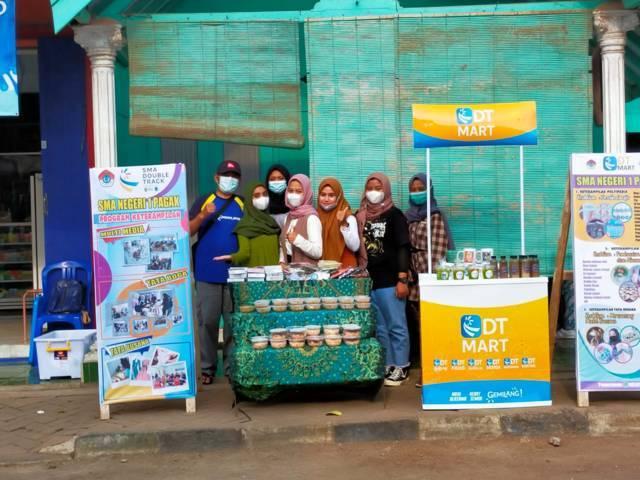 Booth untuk produk tahu isi tuna milik SMAN 1 Pagak, Kabupaten Malang. (Foto: Nurhayati/Tugu Jatim)