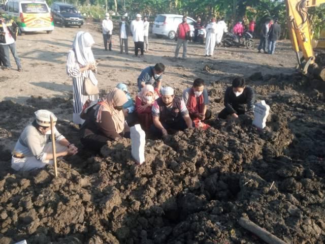 Suasana prosesi pemakaman anggota Komisi B DPRD Kota Surabaya Hamka Mudjiadi Salam pada Sabtu (31/07/2021). (Foto: Rangga Aji/Tugu Jatim)