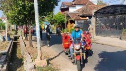 Salah satu warga Tuban yang melintas ini terkesan acuh soal pentingnya prokes. (Foto: Humas Polres Tuban/Tugu Jatim)