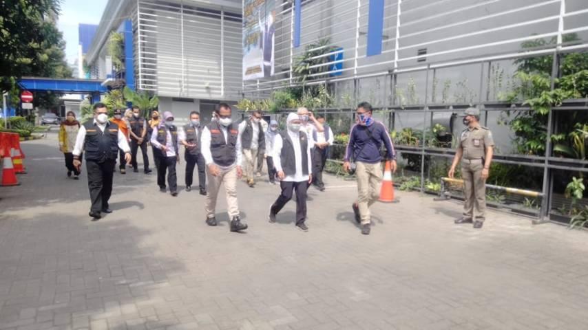 Gubernur Jatim Khofifah Indar Parawansa saat mengunjungi pembukaan pengisian tabung oksigen gratis di Dishub Jatim, Sabtu (17/07/2021). (Foto: Rangga Aji/Tugu Jatim)