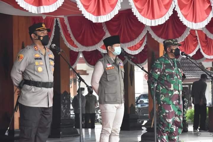 Bupati Trenggalek H.M. Nur Polres Trenggalek saat gelar apel pasukan persiapan PPKM Darurat Sabtu (03/07/2021). (Foto: Zamzuri/Tugu Jatim)