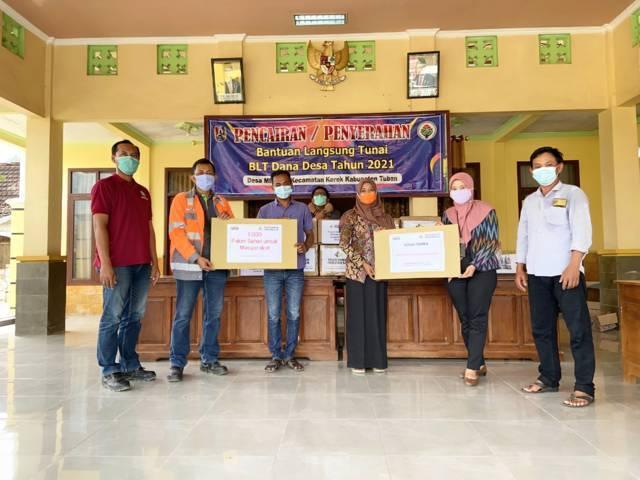 Saat pihak PT Solusi Bangun Indonesia Tbk (SBI) Pabrik Tuban menyerahkan donasi 1.000 paket vitamin untuk masyarakat sekitar perusahaan. (Foto: Humas SBI Pabrik Tuban/Tugu Jatim)