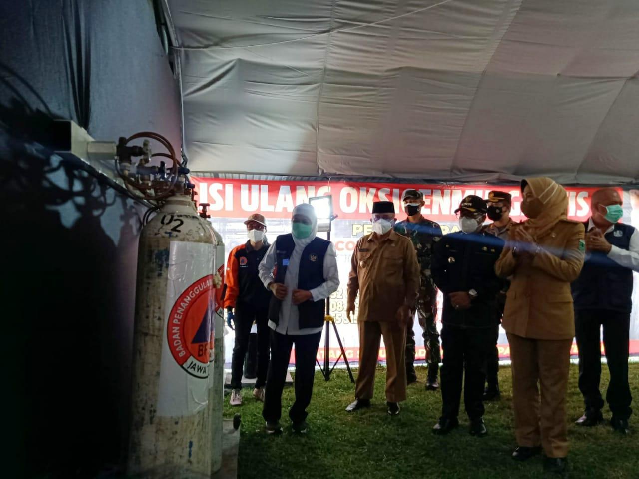 Gubernur Jatim Khofifah saat peresmian depo isi ulang oksigen gratis bersama 3 pimpinan daerah di Malang Raya, Senin (26/07/2021). (Foto:Istimewa/Tugu Jatim)