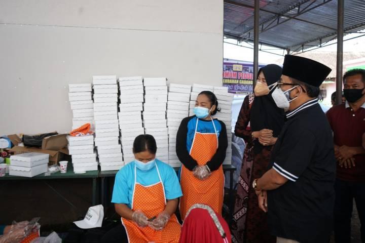 Sutiaji melihat proses ibu-ibu menyiapkan makanan untuk warga isoman di Kelurahan Gadang, Jumat (23/07/2021). (Foto:Azmy/Tugu Jatim)