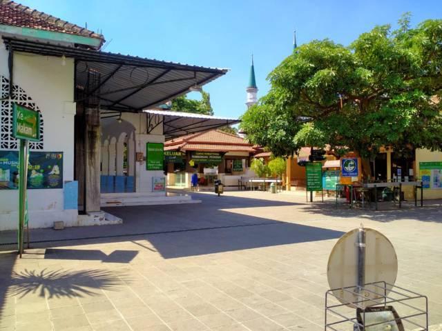 Masjid di Makam Sunan Bonang Tuban juga tampak sangat sepi. (Foto: Rochim/Tugu Jatim)