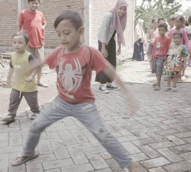 Anak-anak yang tergabung dalam gerakan organik Sidoasik di Sidoarjo tampak senang melakukan permainan tradisional. (Foto: Dok. Komunitas Lali Gadget/Tugu Jatim)