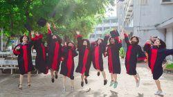 Mahasiswa sedang merayakan kelulusan di salah satu kampus dunia